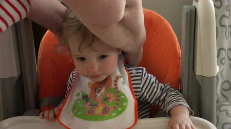 besleyici : A bib on a one-year-old child