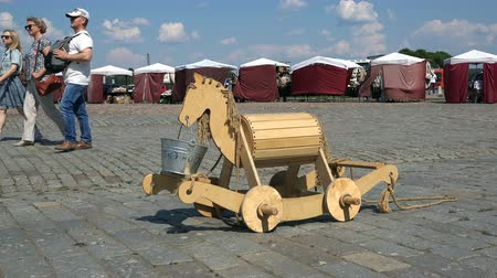 Észtország : Russia, Vyborg, July 15, 2018 wooden horse on wheels with a bucket in his mouth