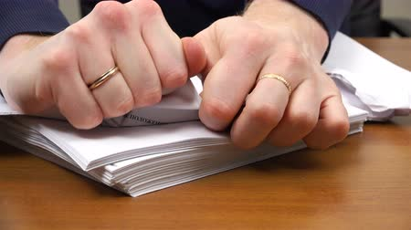 rejeitar : Mens hands tear documents into small pieces. Stock Footage