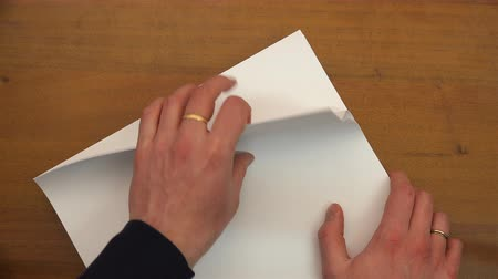 spousta : fingers count sheets of paper.