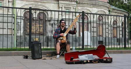 com cordas : Russia, St. Petersburg, September 02 2018 street musician plays the instrument