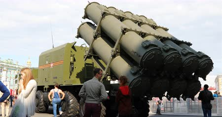 залп : Russia, St. Petersburg, September 02, 2018 passersby study the anti-aircraft missile system at the exhibition.