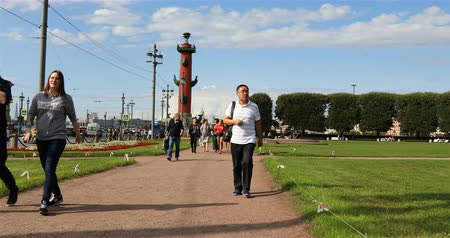 alegori : Russia, St. Petersburg, September 02, 2018 tourists walking on the background of the Rostral Column Stok Video