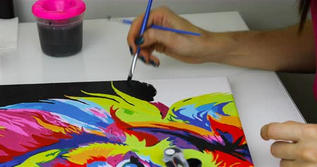 combinar : A woman finishes painting with black paint. Accelerated shooting.