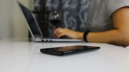 mentiras : a black smartphone lies on the table of a business person. Vídeos
