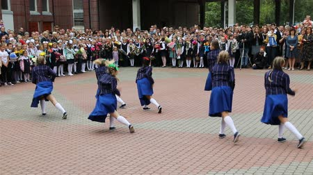 mindennapi : Russia, St. Petersburg, September 1, 2018 The girls in blue dresses are dancing cheerful dance Stock mozgókép
