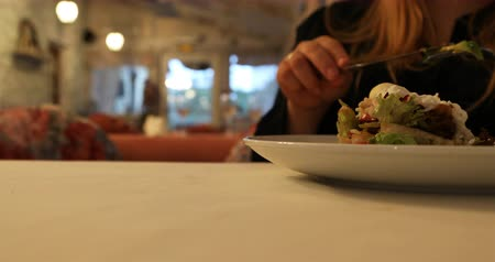 císař : The girl is eating the vegetable salad using the fork and the knife at the cafe. Dostupné videozáznamy
