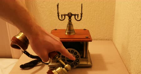 történelmi : The number is dialed when the hand set of the vintage apparatus is taken off. Stock mozgókép