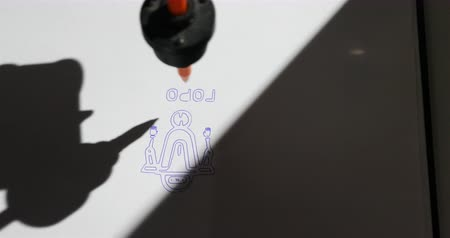monteren : The robot is drawing with the ball-point pen on the paper. Stockvideo