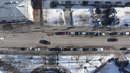aerial survey of the city block roadway on a sunny winter day. Wideo