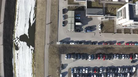 гидравлический : large parking area with cars in a residential complex.