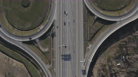 automóvel : exit of cars from the main highway. View from above.