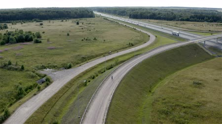 kontrolovány : cyclist rides uphill on the road to the bridge to cross the highway. Dostupné videozáznamy