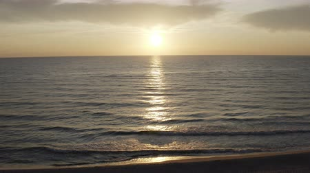 quiet evening : the sun slowly sets over the horizon of the sea. Stock Footage
