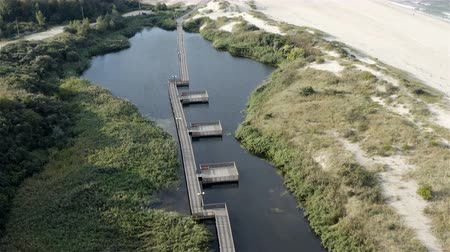pedestre : floating wooden platform on a pontoon in a backwater creek.