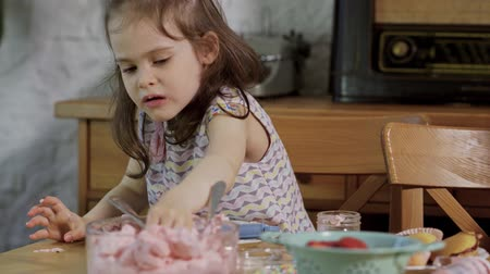 tatlı çörek : little girl decorates and eats delicious cupcakes