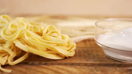 tipo : delicious yellow Tagliatelle pasta with gluten on an old table Vídeos