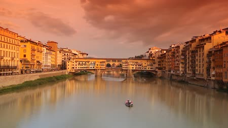florencja : Time-lapse of Ponte Vecchio at sunset, Florence, Tuscany, Italy.
