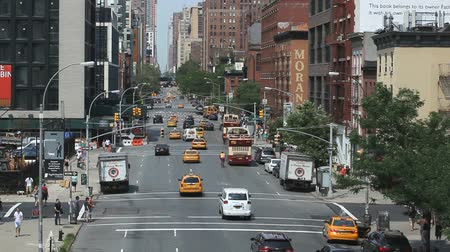 скрестив : Top view of an intersection in New York with cars, yellow cabs and pedestrians.