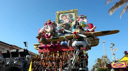 Viareggio, Italy - March 03, 2013: 140th edition of the Carnival of Viareggio. Every year the Carnival attracts blackberries than 600 thousand to the magic of the grand parades. Vídeos