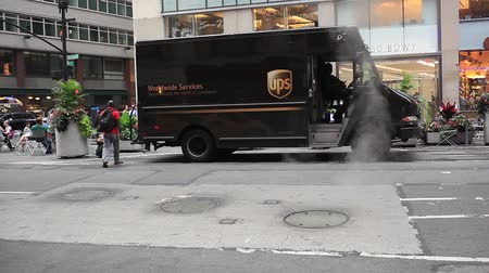 vysvětlující : New York City, USA - July 07 2015: UPS truck in Manhattan. United Parcel Services the largest shipment and logistics company in the world.