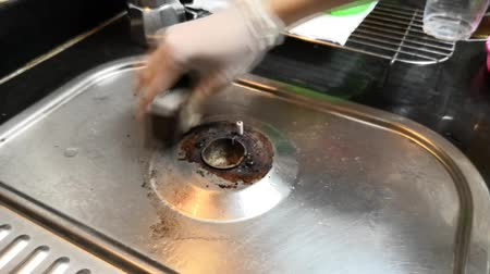 tehlike : Cleaning gas burner tip or gas cooker  by sandpaper with sponge Stok Video