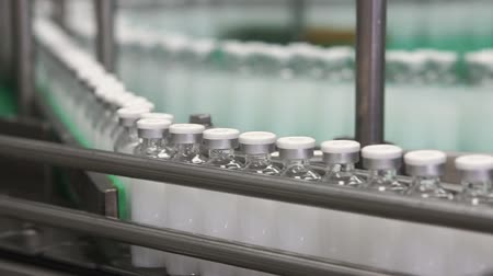 qualidade : Bottles with drugs on the conveyor line in pharmaceutical factory