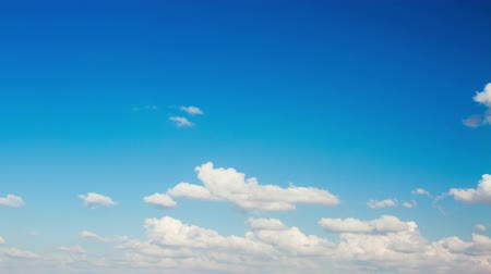 mavi gök : Beautiful white clouds on a blue sky background . Stok Video