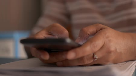 sturen : Close up woman hands texting message on mobile smart phone for communication and chatting on social online on working desk. Stockvideo