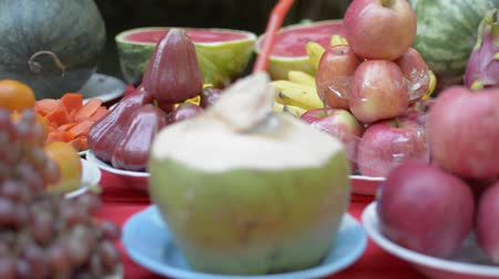 famílias : Prepared foods and fruits for paying respect to ancestor spirits during chinese new year. Stock Footage