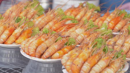pronto a comer : Baked prawns are ready serve and selling at seafood festival in phuket, Thailand. Stock Footage