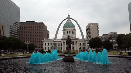 святой : St. Louis Court House with Water Fountain