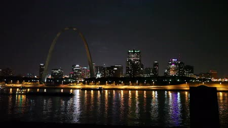 porta de entrada : St. Louis Skyline at Night