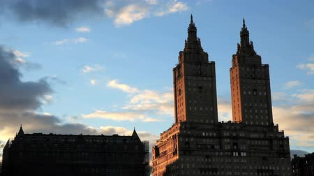 центральный : View of the San Remo twin towers from Central Park in New York City