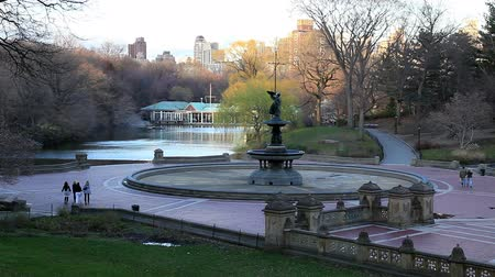 szökőkút : New York Citys Central Parks Bethesda Fountain and the Loeb Boathouse in winter Stock mozgókép