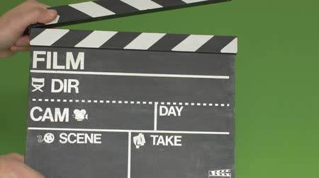 bordo : Hitting the sticks of a film clapboard on a greenscreen for chroma keying Stock Footage