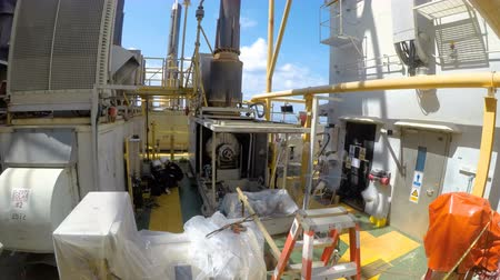 allontanare : Time lapse Technicians remove gas generator in petrochemical plant