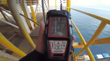 quotidien : Man using gas detector or instrument in processing platform or plant Vidéos Libres De Droits