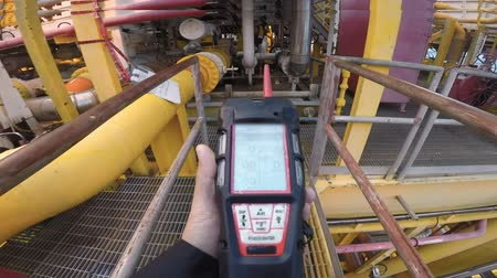 liste : Man using gas detector or instrument in processing platform or plant Stok Video