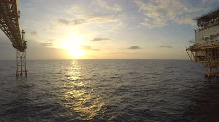 petróleo : Time lapse sunrise with crew boat operation moving around living quarter or flare platform Vídeos