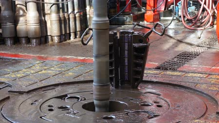 perfuração : Rotary Table and Drill Pipe on Drilling Rig