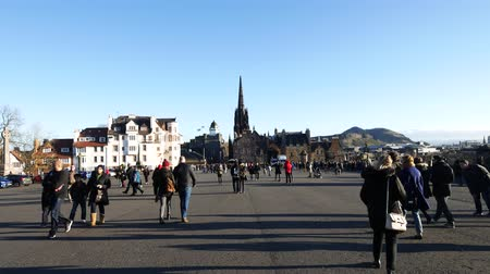 İngilizler : EDINBURGH, SCOTLAND  29 DECEMBER 2015: Travelers walking in front of  Edinburgh Castle, Scotland on Sunny Day