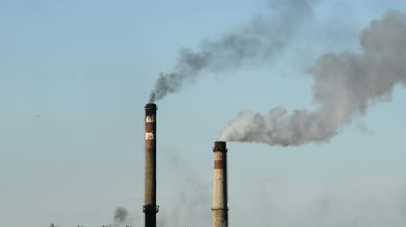 дымоход : Smoke rising from industrial chimney