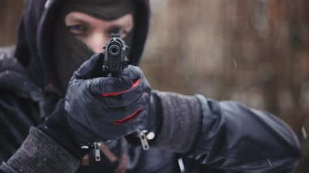 bandita : Man holding gun and aiming slow motion footage Dostupné videozáznamy