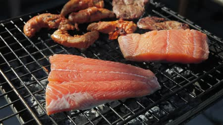 grillowanie : Salmon stake frying outside on the fire Wideo