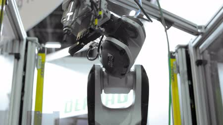 fabryka : Robot arm in industrial environment