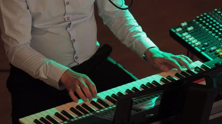 jogadores : Playing electric piano under colorful stage lighting 4K UHD
