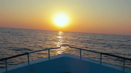 iatismo : Boat heading towards the sunset