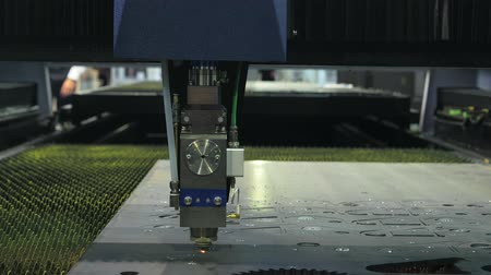 lasersnijden : Industrial robot cutting steel with laser Stockvideo
