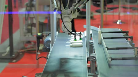 робот : Robot arm sorting out steel components from a conveyor belt